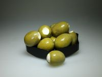 Grote groene olijven gevuld met geitenkaas