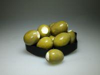 Grote groene olijven gevuld met tomatenroomkaas