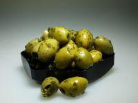 Grote groene olijven in knoflookolie